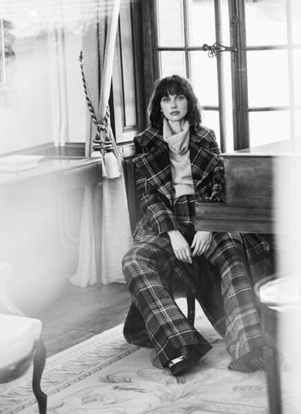 Tendance pantalon large : Long manteau et pantalon en tweed, rangers en cuir et détails en métal doré, l'ensemble Mulberry, pull en cachemire Max & Moi. Boucles d'oreilles Roger Vivier.