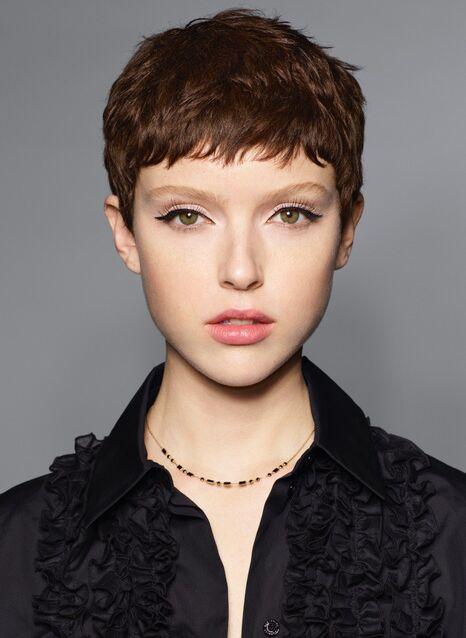 Loin du cliché des boutiques de farces et attrapes, la perruque se porte désormais sans en avoir l'air. La preuve en image.