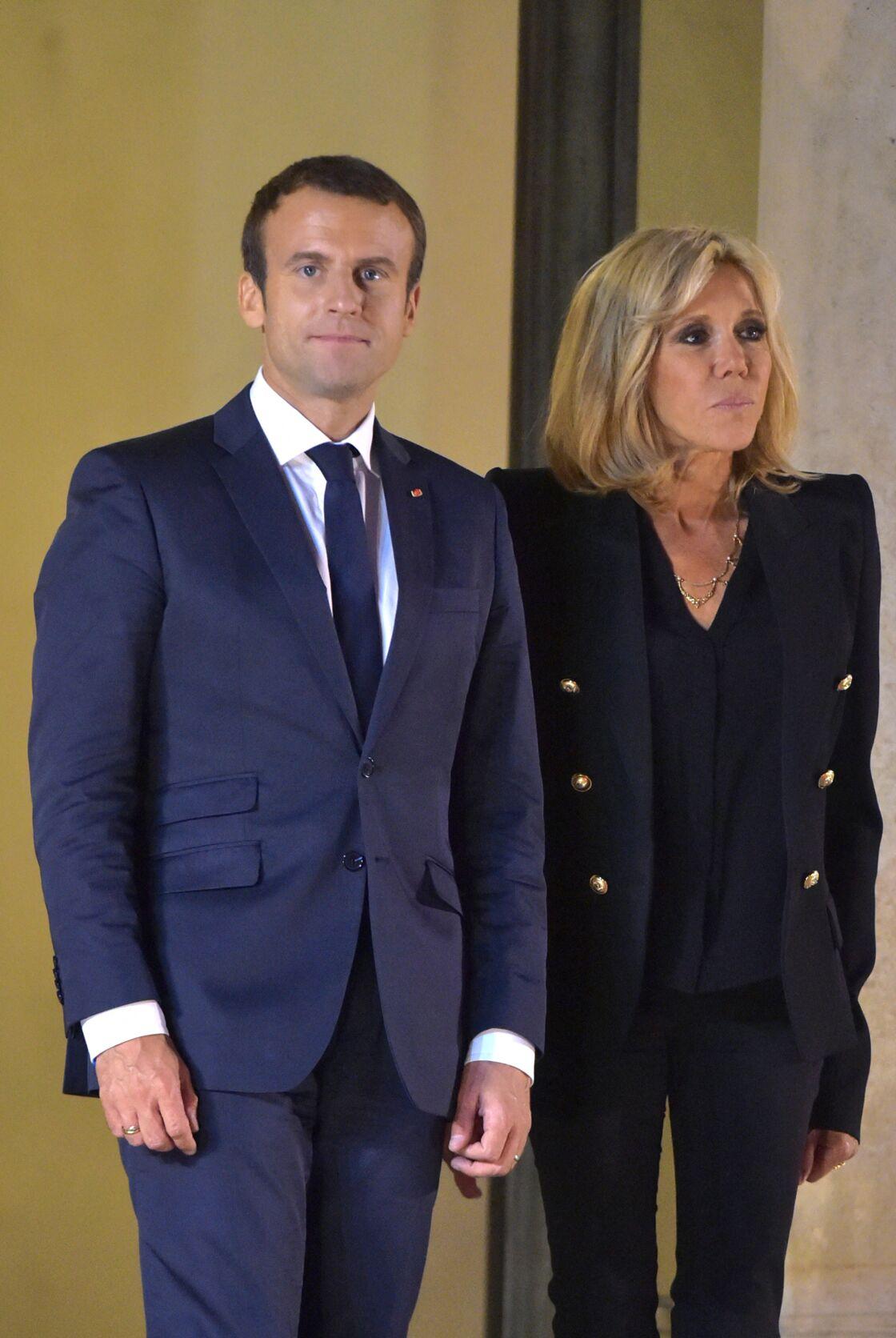 Dans les moments difficiles, Brigitte Macron a toujours pu compter sur le soutien du président, qui n'a pas hésité à monter au créneau pour la défendre.