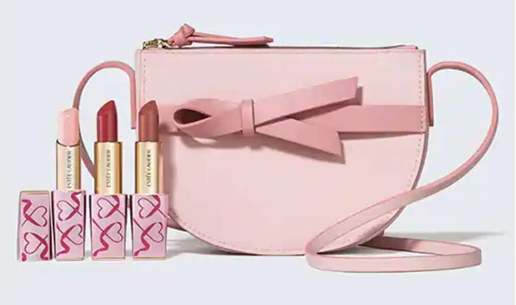 Parmi elles les éditions Octobre Rose d'Estée Lauder, on craque pour ce kit de rouges à lèvres présenté dans un petit sac rose en bandoulière. Coffret Pure Color Envy Rouge à lèvres, 49,90€