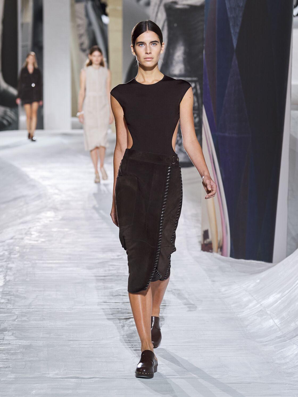 Le body dos-nu en maille de soie stretch couleur marron ébène est une pièce phare de cette collection collection printemps-été 2021