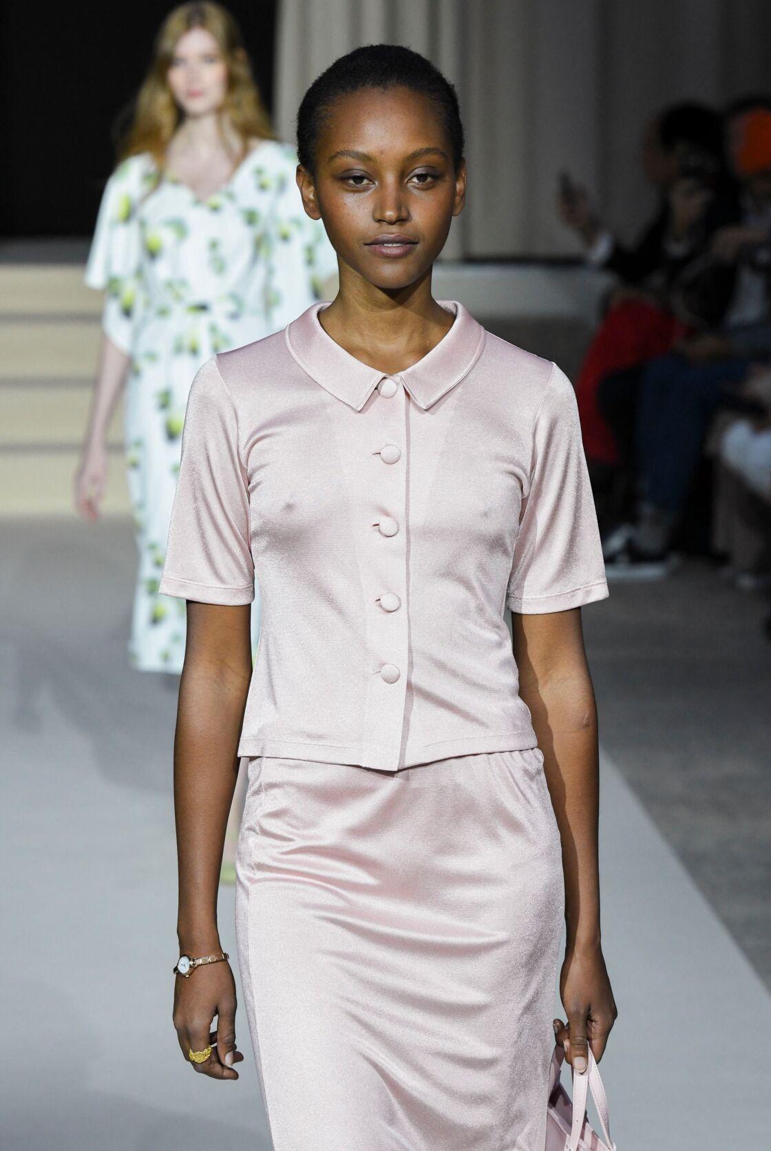 Un petit tailleur à la Jackie Kennedy issu de la collection de prêt-à-porter Agnès B. printemps-été 2019. Indémodable!