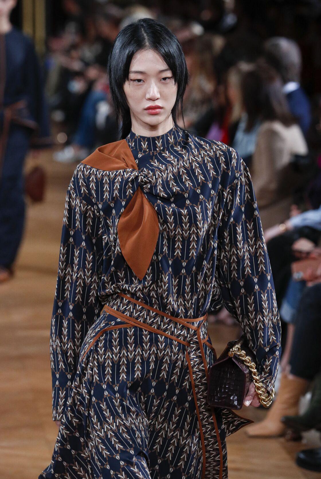 Une robe en viscose durable de la collection Stella McCartney automne-hiver 2020-2021.