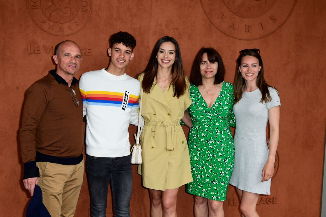 La famille Lorphelin au complet, avec Enzo (2e gauche), Marine (au centre) et Lou-Anne (à droite).