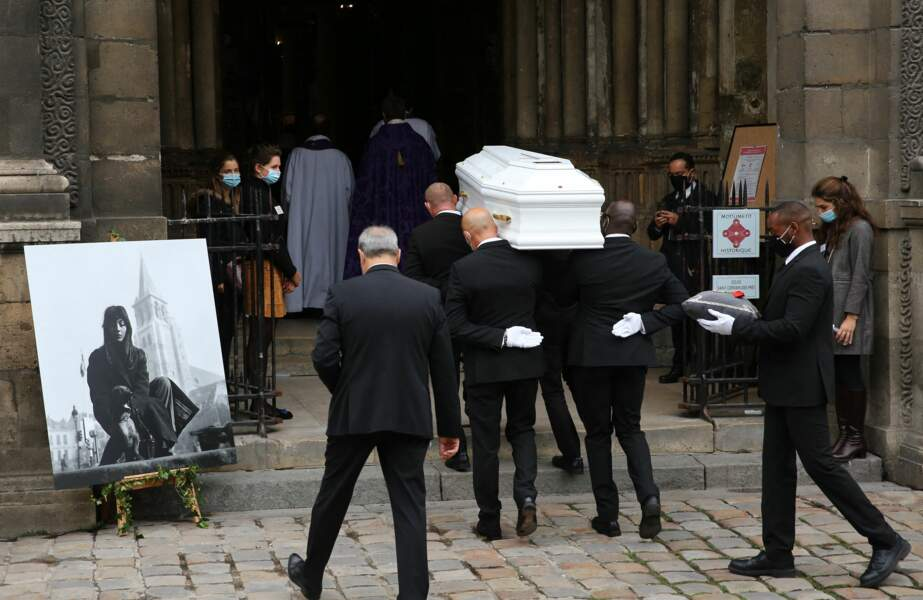 Le cercueil de Juliette Gréco a fait son entrée dans l'église Saint-Germain-des-Prés, ce lundi 5 octobre