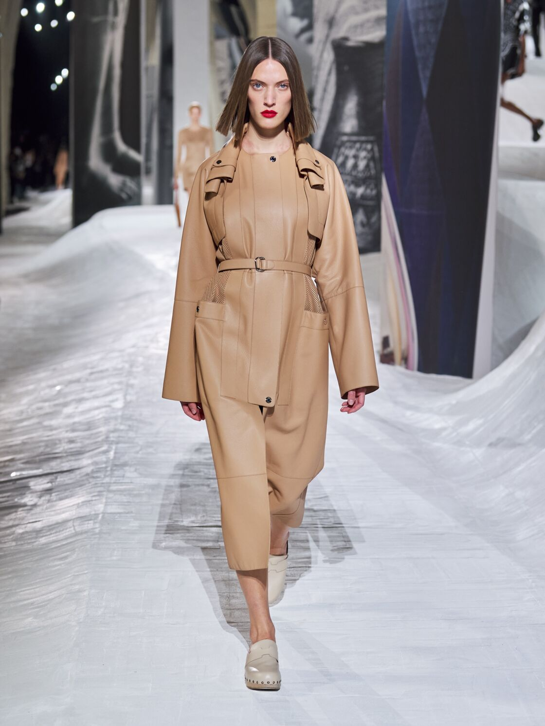 Trench en cuir lisse beige de la collection printemps-été 2021