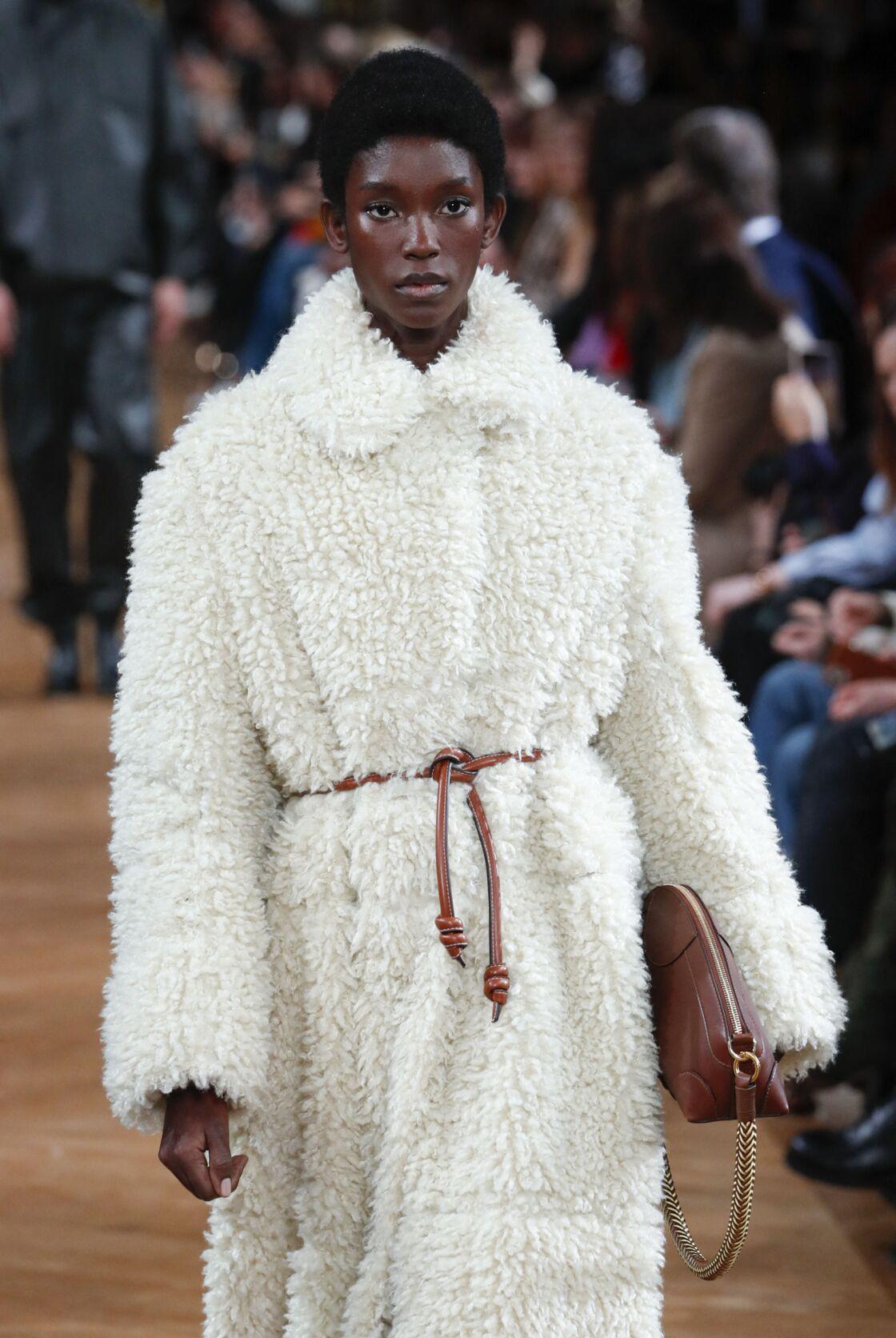 Dès le lancement de sa maison en 2021, Stella McCartney a proscrit les peaux animales et privilégié des alternatives comme la fausse fourrure, sublimée ici avec un manteau la collection de prêt-à-porter automne-hiver 2020-2021.