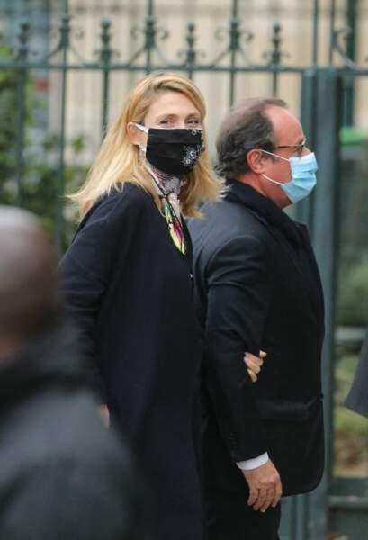 L'ancien président François Hollande et sa compagne Julie Gayet étaient tous les deux masqués aux obsèques de Juliette Gréco