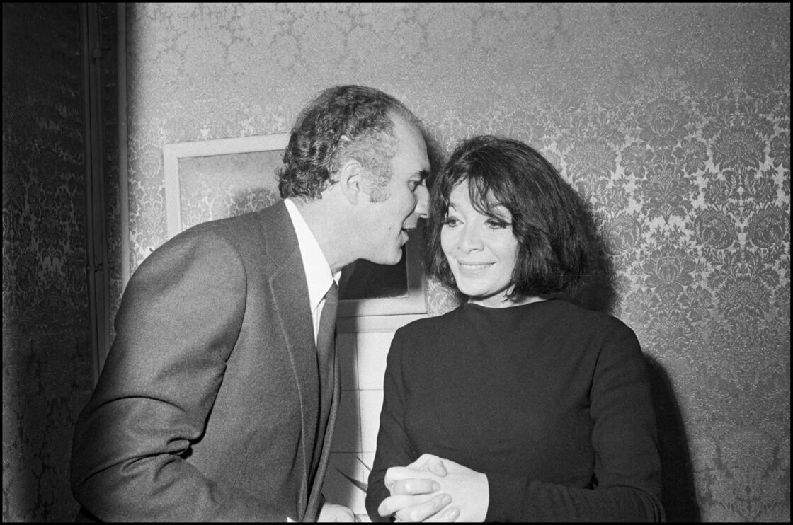 Juliette Gréco en 1968 après un récital à Bobino, félicitée par son mari de l'époque, Michel Piccoli.