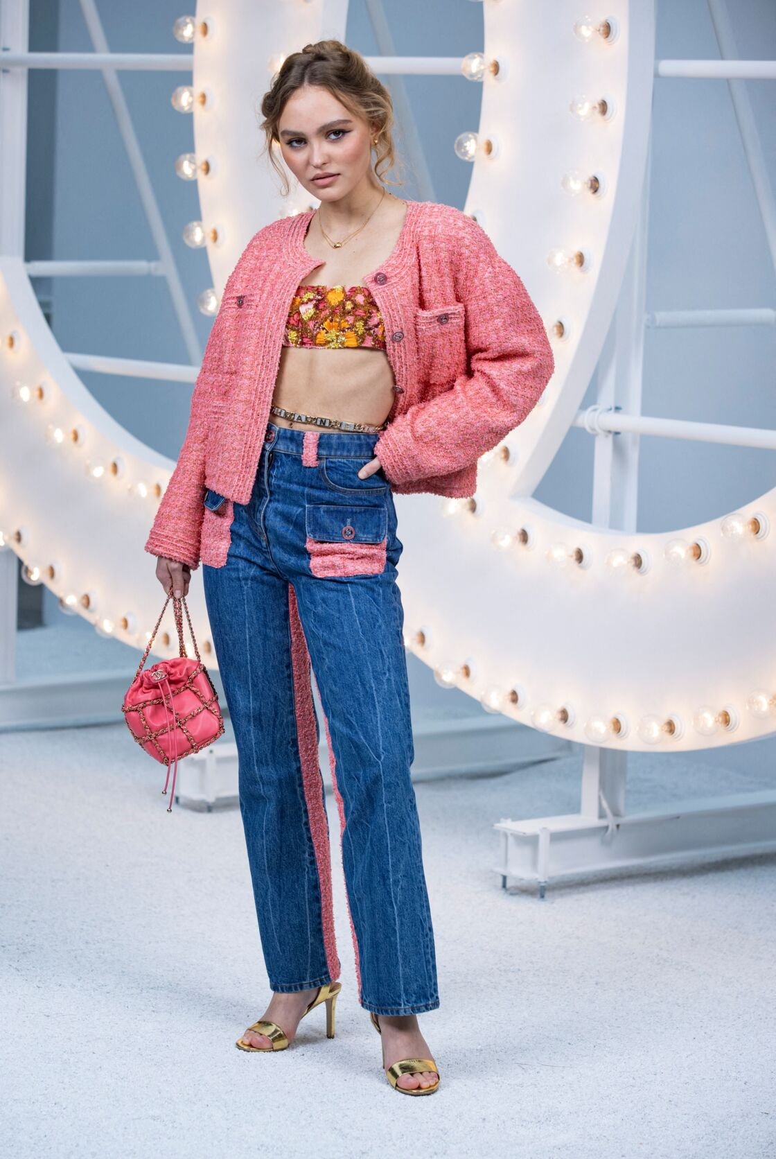 Lily-Rose Depp en jean et tweed de la collection printemps/été 2021 de Chanel