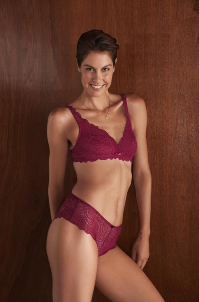 Fanny Leeb est l'égérie de la campagne octobre rose de la marque de lingerie, Rouge Gorge
