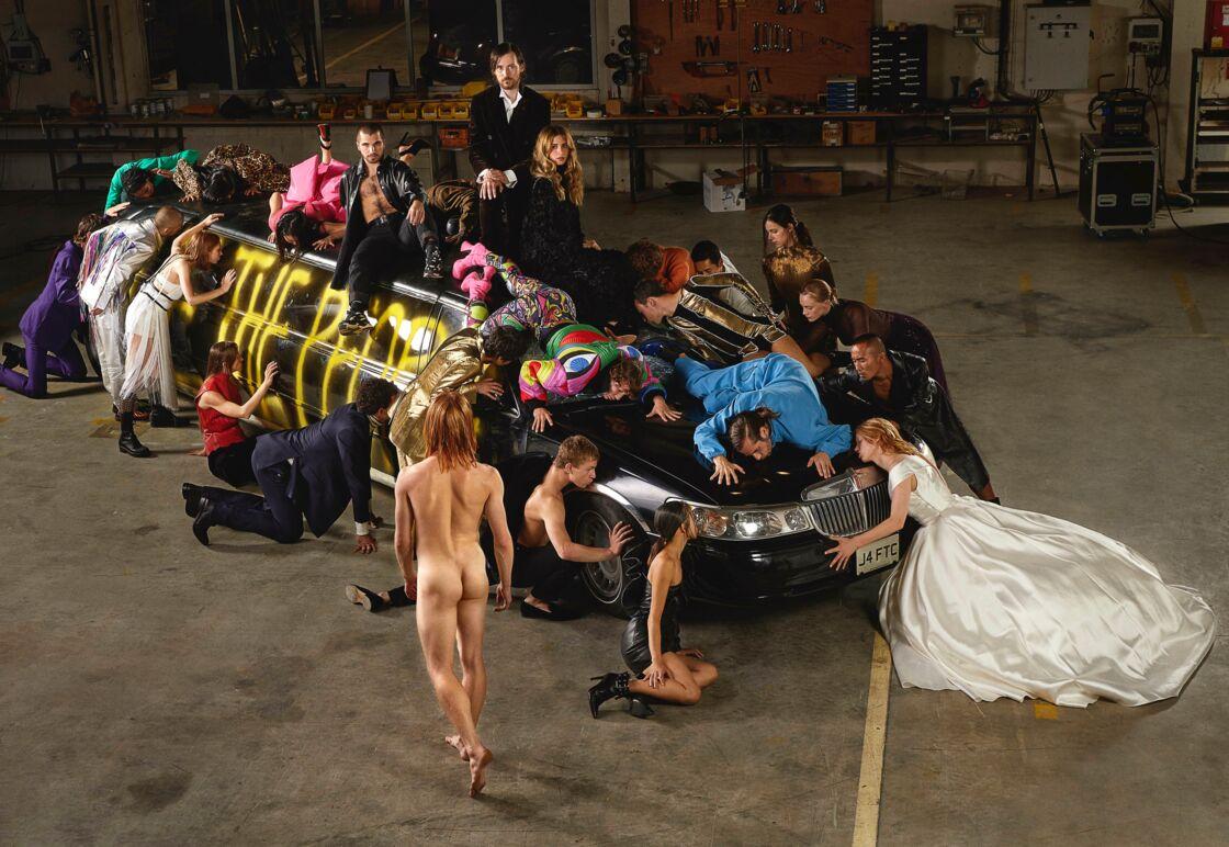 La limousine issue du spectacle Master's Tools de (La)Horde est au coeur de cette chorégraphie de mode.