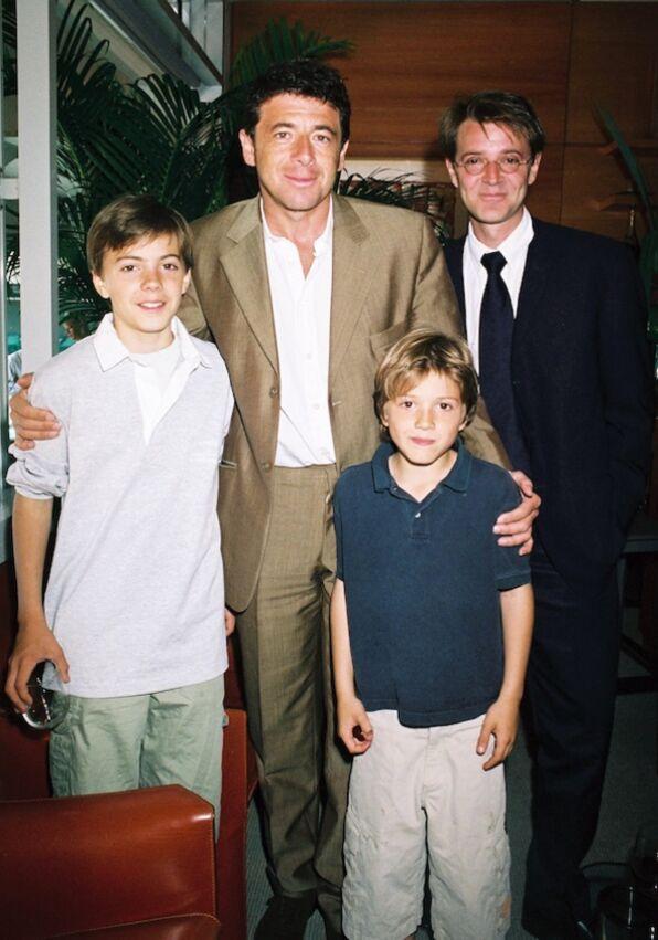François Baroin avec ses fils Jules et Louis, nés d'un 1er mariage, et Patrick Bruel, à Roland Garros, en 2004.
