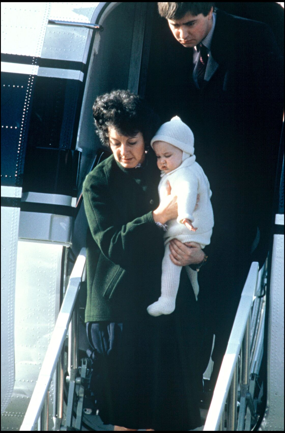 Barbara Barnes et le prince William photographiés à la sortie d'un avion en 1983