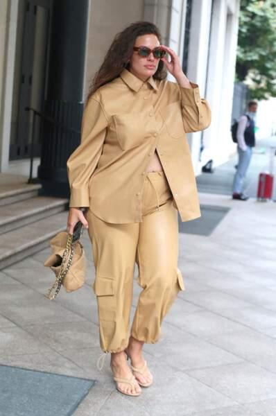 Ashley Graham en total look beige de la tête aux pieds .