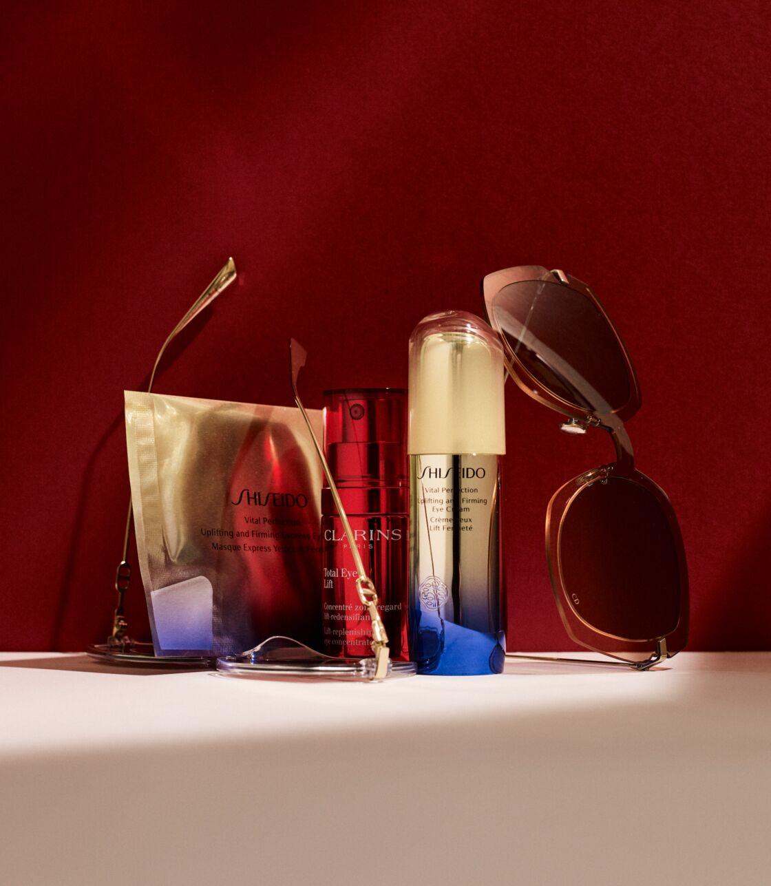 OEIL POUR OEIL Crème et Masque Express Yeux Lift Fermeté Vital Perfection, Shiseido ; Concentré Zone Regard Lift Densifiant Total Eye Lift, Clarins. Lunettes Christian Dior.