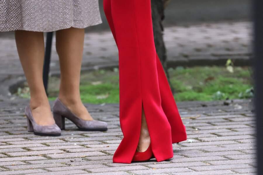 Le détail qui fait la différence : la jambe flare du pantalon, ouvert sur des escarpins rouges