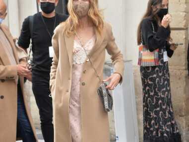 Looks à la loupe - Osez l'association robe en dentelle et manteau camel comme Natalia Vodianova