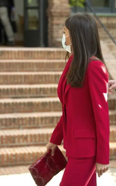 Un total look rouge jusqu'à la pochette