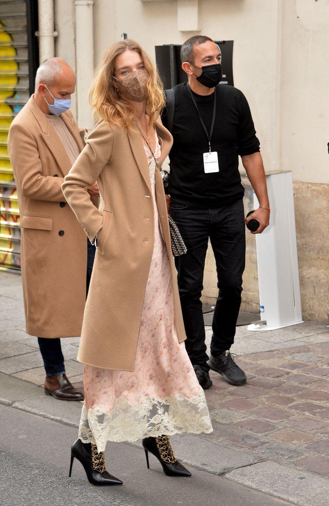 Natalia Vodianova au défilé Paco Rabanne collection Printemps-Eté 2021 a opté pour un mix and match en associant dentelle et des bottines rock.