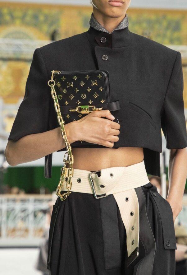 Chez Louis Vuitton, la ceinture se portait large, dans un esprit sportswear chic.