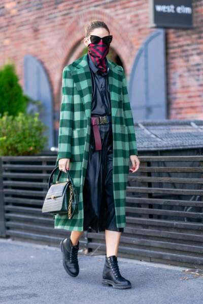 Olivia Palermo stylée avec un magnifique trench vert à carreaux.
