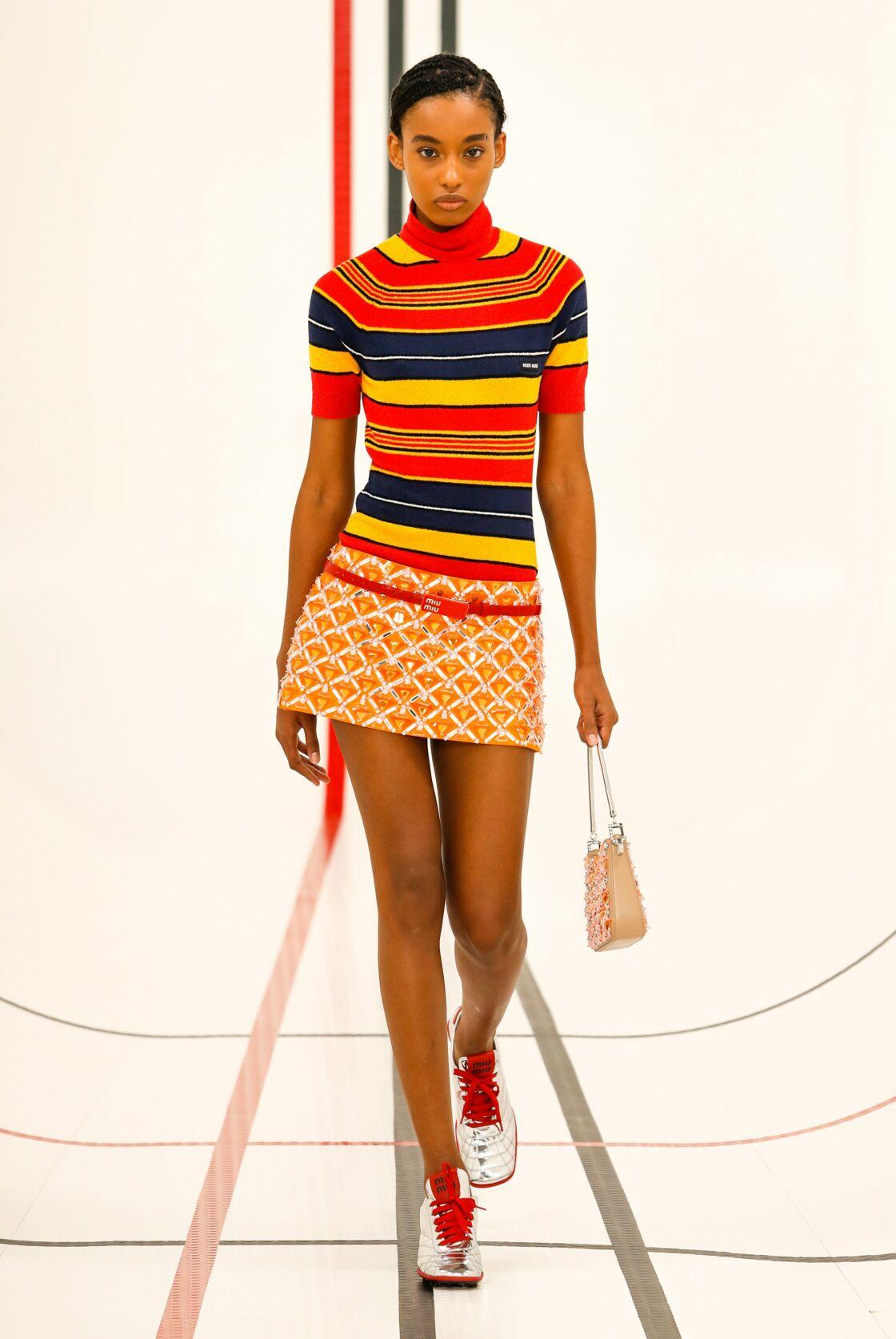Mini-jupe et pull rayé très sixties chez Miu Miu.