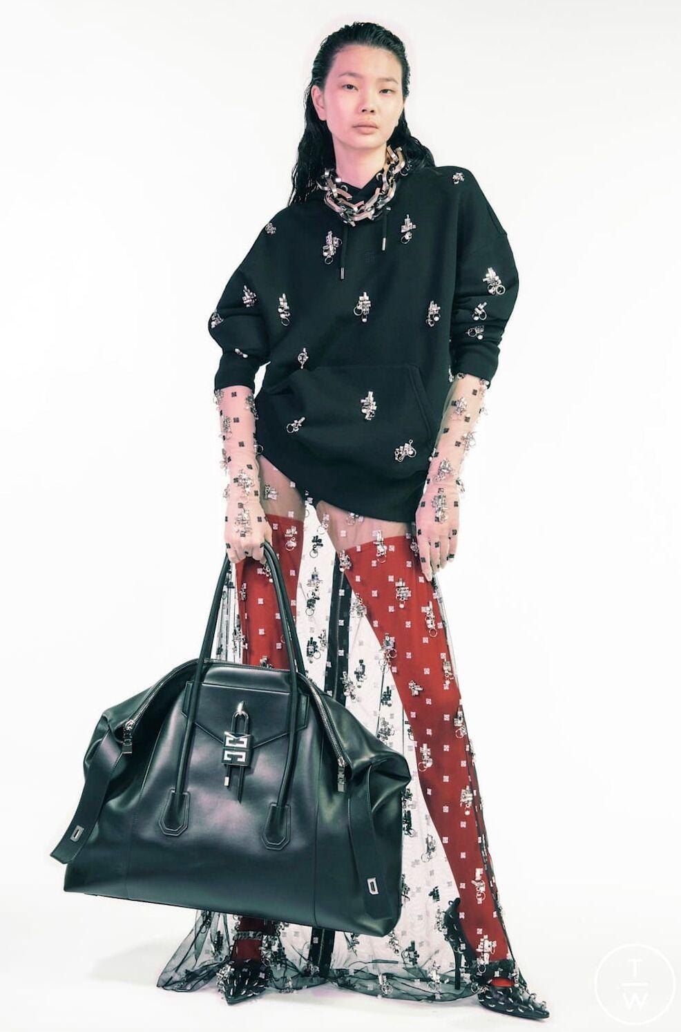 Le sac XXL de Givenchy, version cuir avec le fermoir reprenant le monogramme de la maison... un objet de désir !