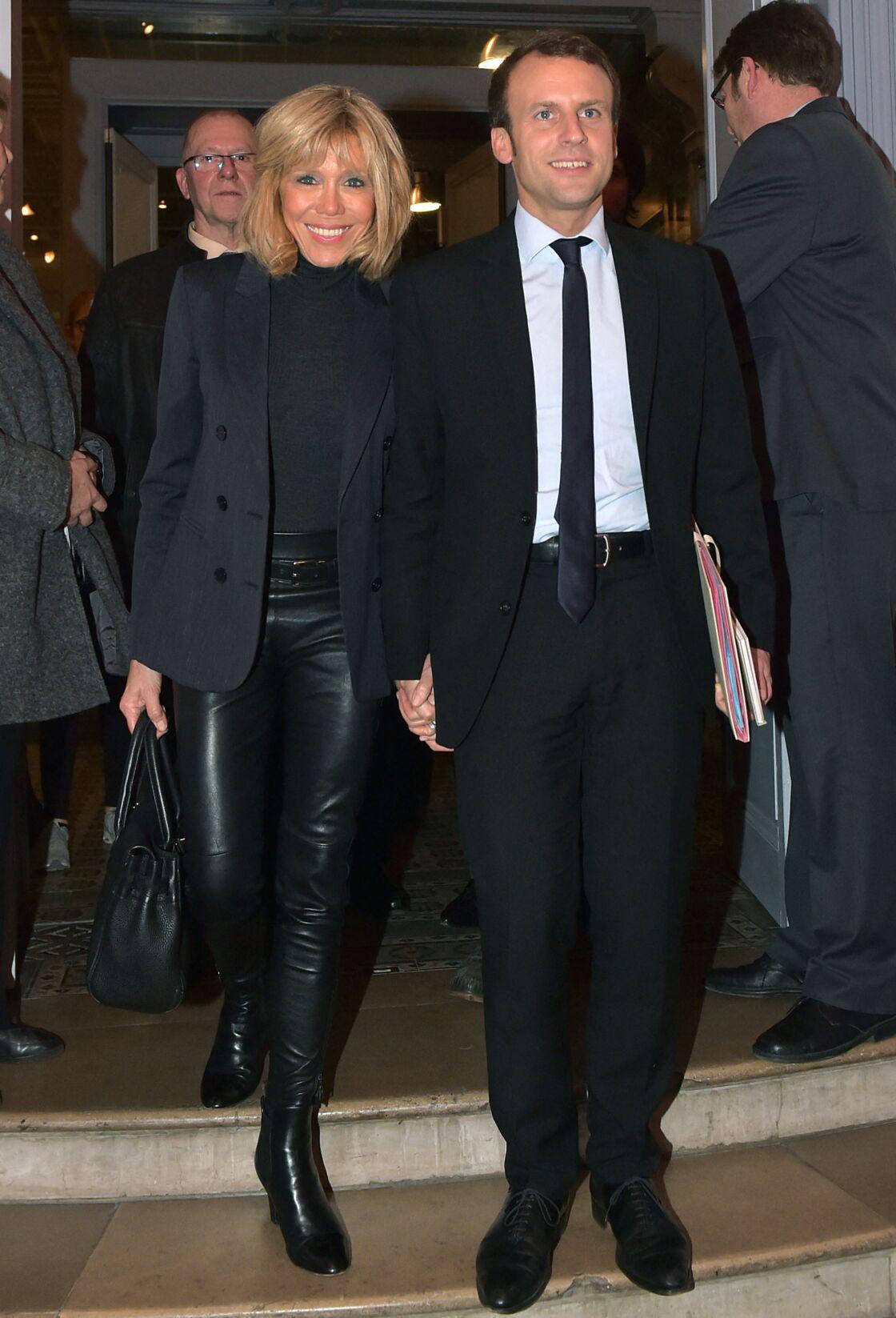 Au côté d'Emmanuel, Brigitte Macron rayonne. Sur ce cliché datant de 2016, le couple retourne à Amiens, là où tout a commencé...