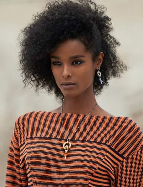 Tendance bijoux été 2021 :  le collier se fait porte-bonheur comme ce modèle au symbole féministe signé Chloé.