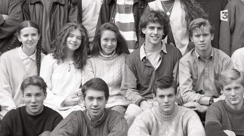 Emmanuel Macron rencontre Brigitte Auzière, lorsqu'il participe à l'atelier de théâtre qu'elle dirige au sein du lycée de La Providence, à Amiens, au début des années 1990.