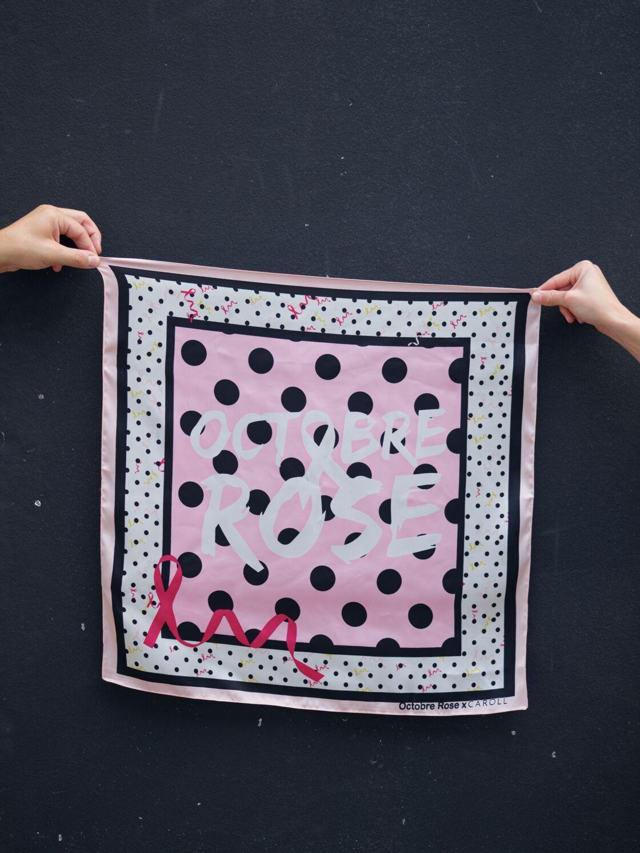 La marque française Caroll dévoile son foulard à 25€ pour octobre rose 2020 : un carré à imprimés gros et petits pois créé en collaboration avec l'association Octobre Rose