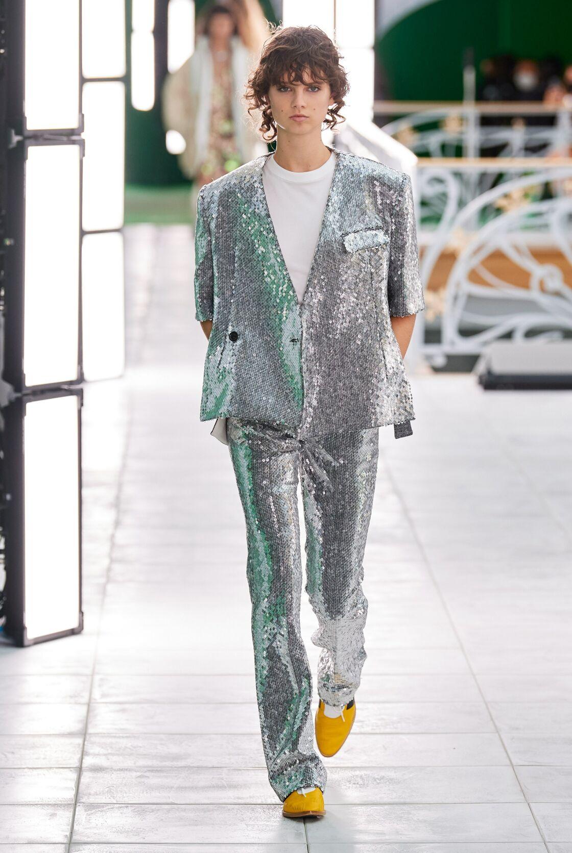 Le costume lamé revisité par Nicolas Ghesquière chez Louis Vuitton. On aime le t-shirt blanc pour décontracter l'allure!