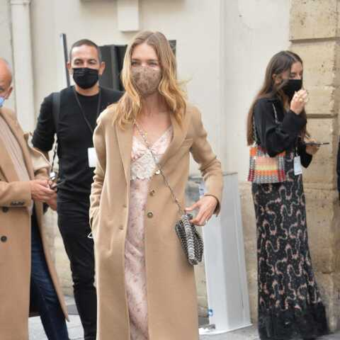 Look à la loupe: comme Natalia Vodianova, osez la robe nuisette sous un manteau camel