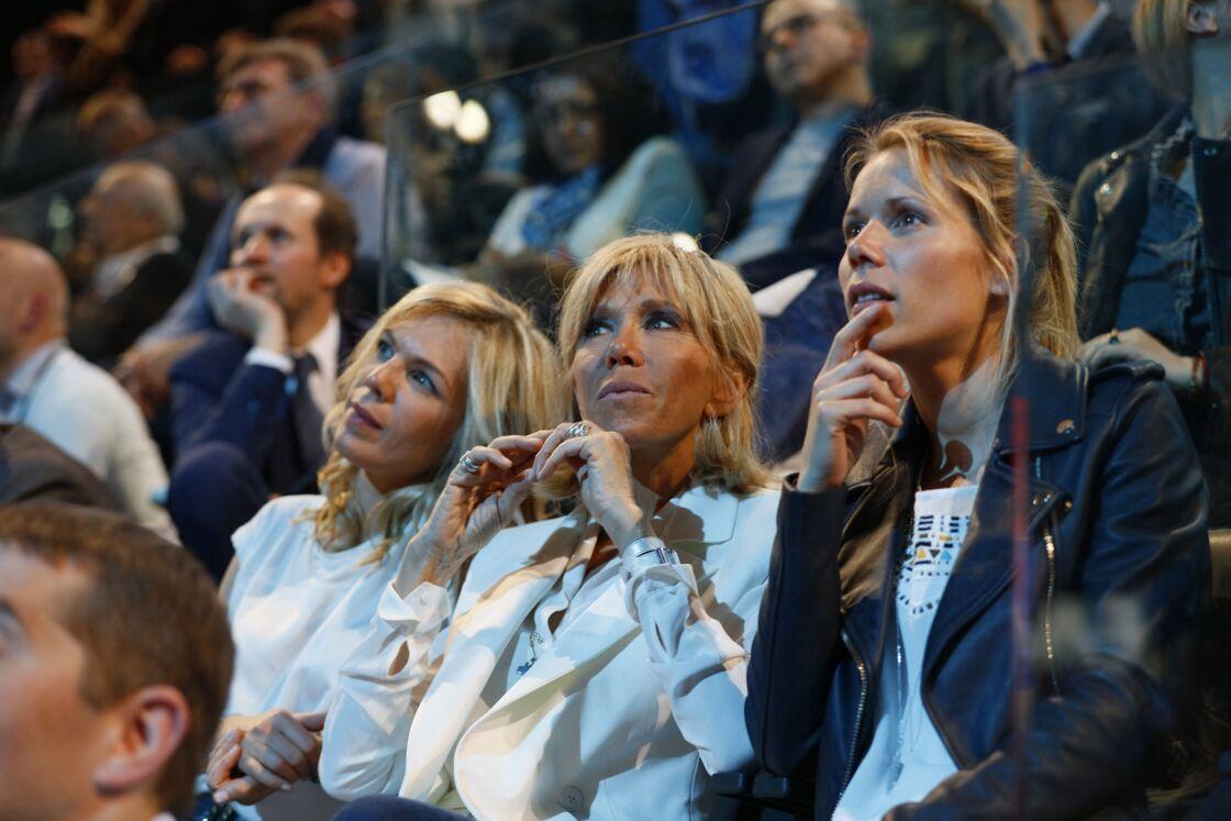 Brigitte Macron, entourée de ses filles Laurence et Tiphaine pour soutenir Emmanuel Macron, en 2017. Si elles apprécient leur beau-père, elles sont restées proches de leur père, André-Louis Auzière.