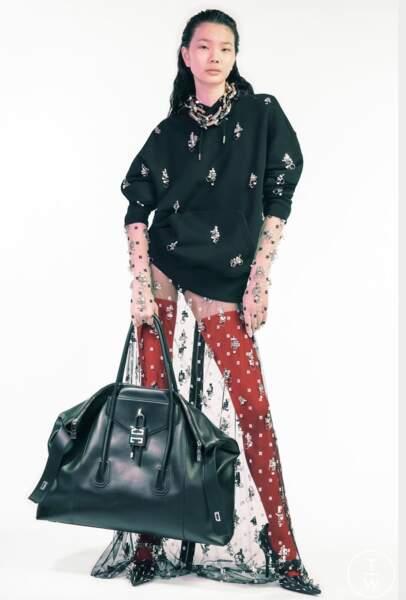Tendance été 2021 : le sac XXL comme ce Maxi sac Cuir Givenchy.