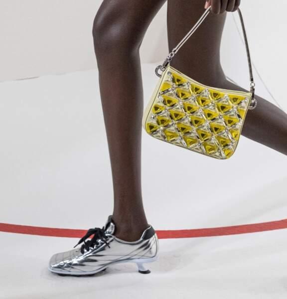 Tendance été 2021 : la sneaker se sophistique comme ce modèle argenté du défilé Miu Miu.