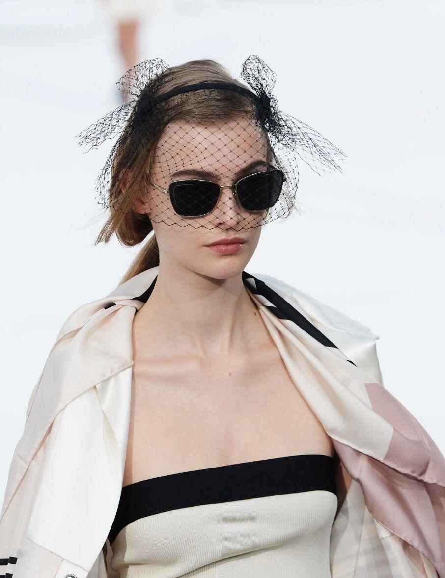 Les lunettes noires chez Chanel assumeront la star attitude.