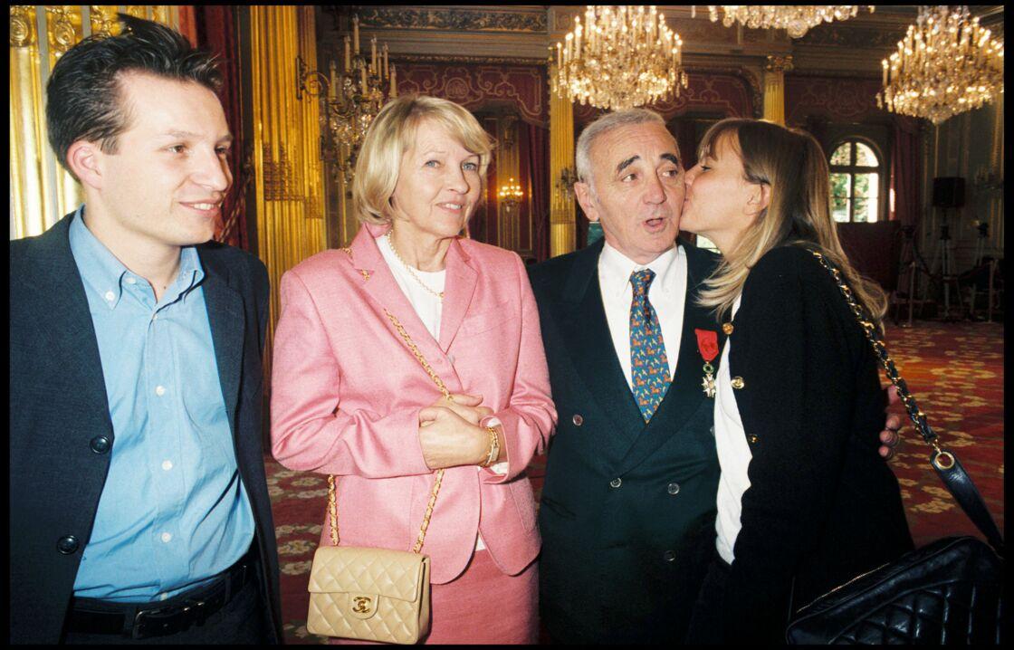 Charles Aznavour, entouré de sa femme Ulla, son fils Mischa et sa fille Katia, lors d'une remise de Légion d'honneur à l'Elysée, en 1997.
