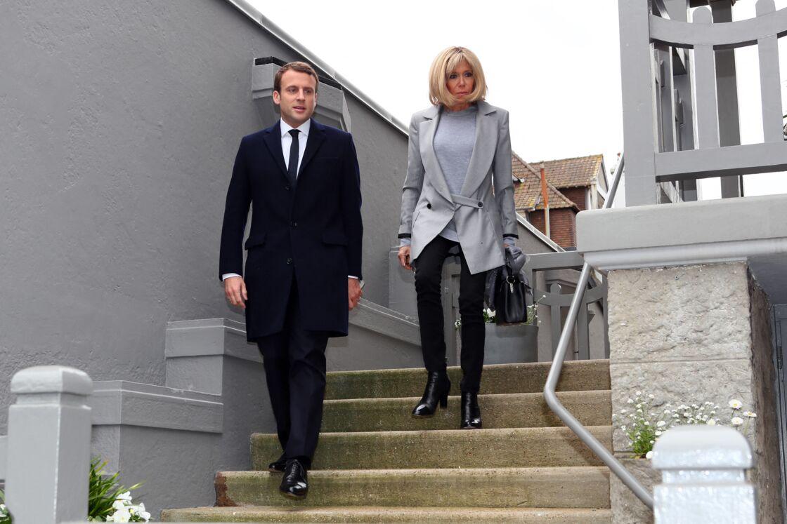 Emmanuel et Brigitte Macron quittent leur domicile, pour aller voter à la mairie du Touquet, en avril 2017.