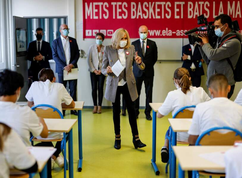 Brigitte Macron défile à travers les rangs