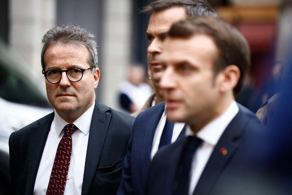 Martin Hirsch, aux côtés d'Emmanuel Macron et d'Olivier Véran, lors d'une visite du centre d'appels du Samu de l'hôpital parisien Necker-Enfants malades, en mars 2020.