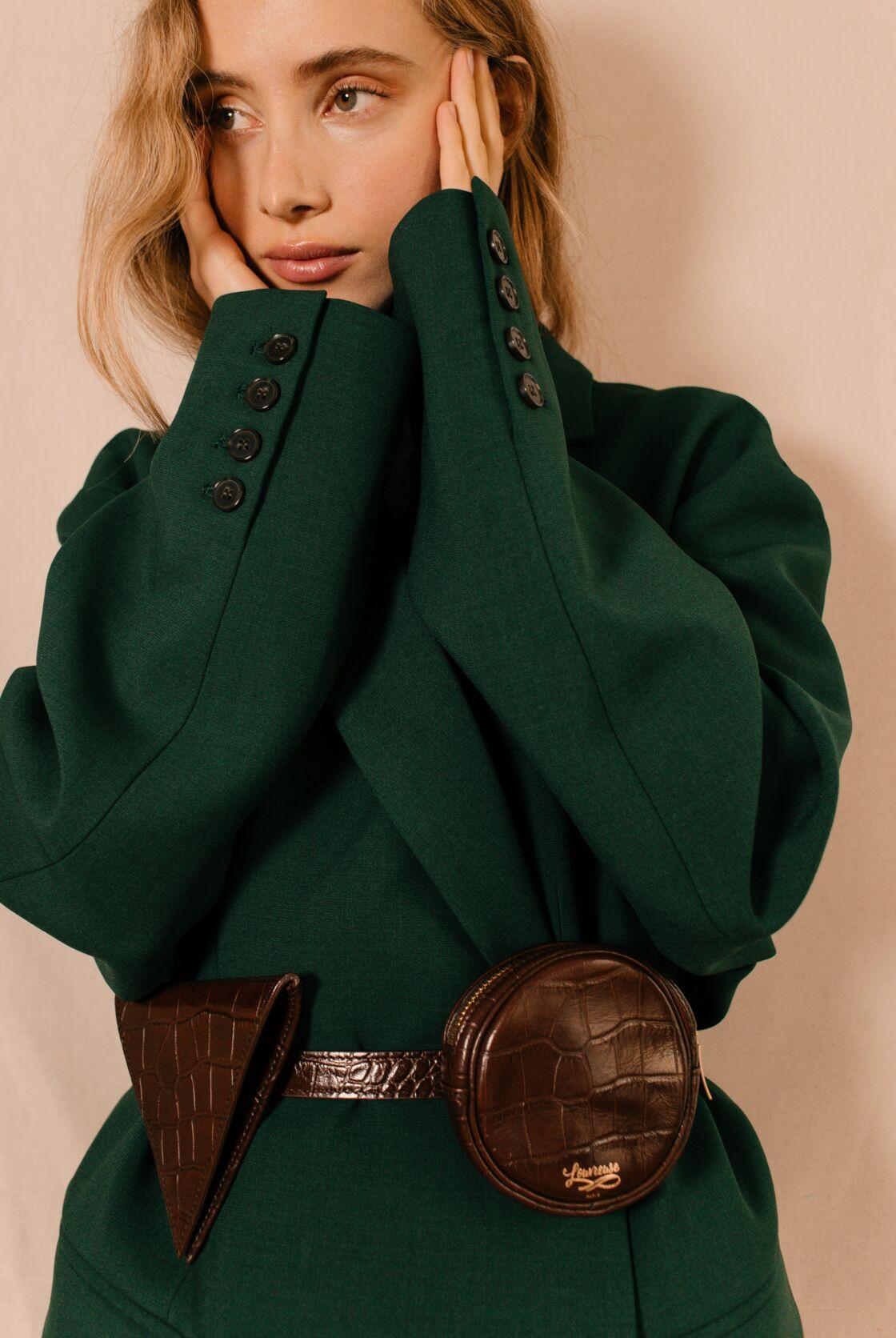La ceinture-banane de Louvreuse à 240€ est disponible en cuir lisse ou cuir effet croco et dans différents coloris.
