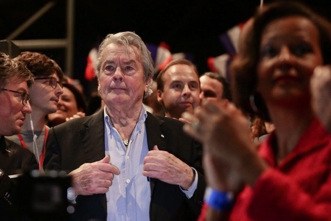 L'acteur français Alain Delon assiste au meeting d'Alain Juppé, maire de Bordeaux et candidat à la primaire de la droite et du centre (Les Républicains LR), au Zénith, à Paris, France, le 14 novembre 2016.