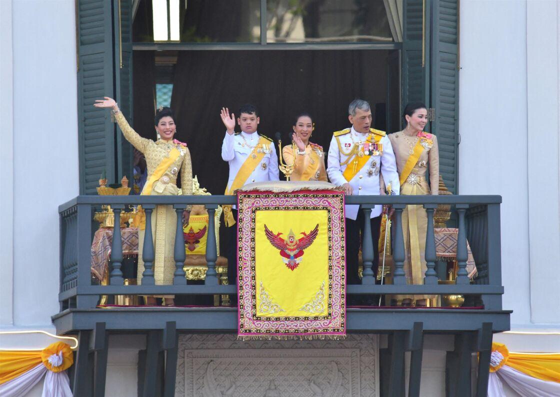 Le roi Rama X accompagné de sa femme la reine Suthida et de son fils Dipangkorn lors de son couronnement à Bangkok en Thaïlande