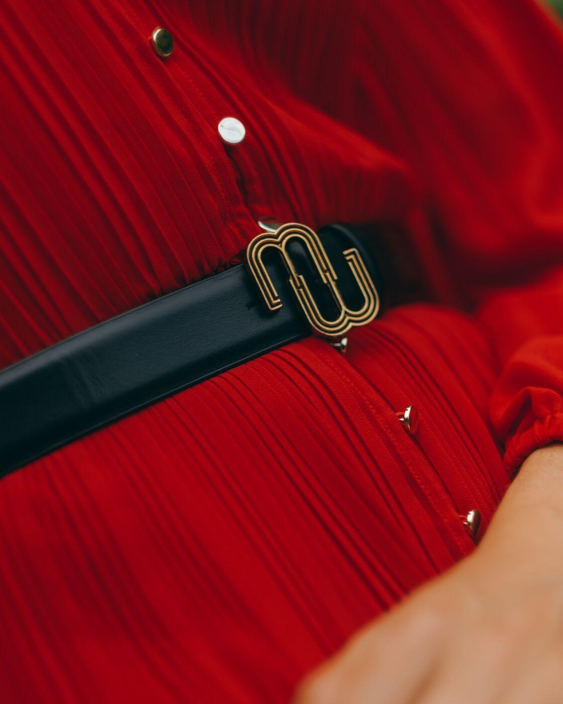 La ceinture noire MIU MIU à logo à 354€, est à porter par-dessus une robe bohème pour relever un look minimaliste.
