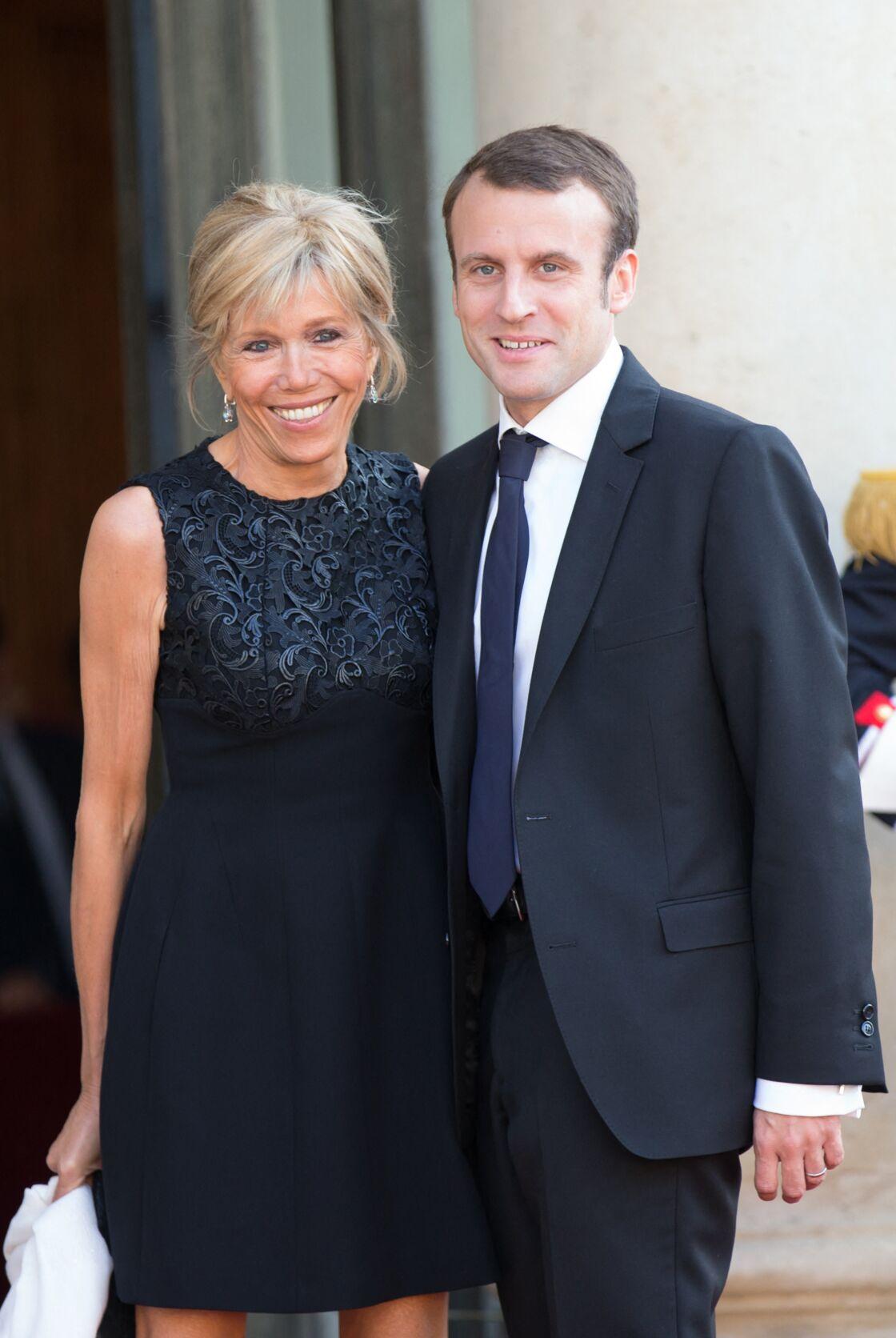En 2015, Brigitte et Emmanuel Macron sont conviés à l'Elysée par François Hollande. L'ancienne professeure de lettres est déjà pleine d'ambition pour son mari. L'année suivante, ce dernier annoncera sa candidature à l'élection présidentielle.