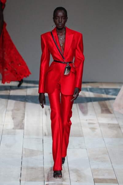 La ceinture accessoire se porte par dessus un blazer rouge vif chez Alexander McQueen, lors du défilé Automne-hiver 2020/2021