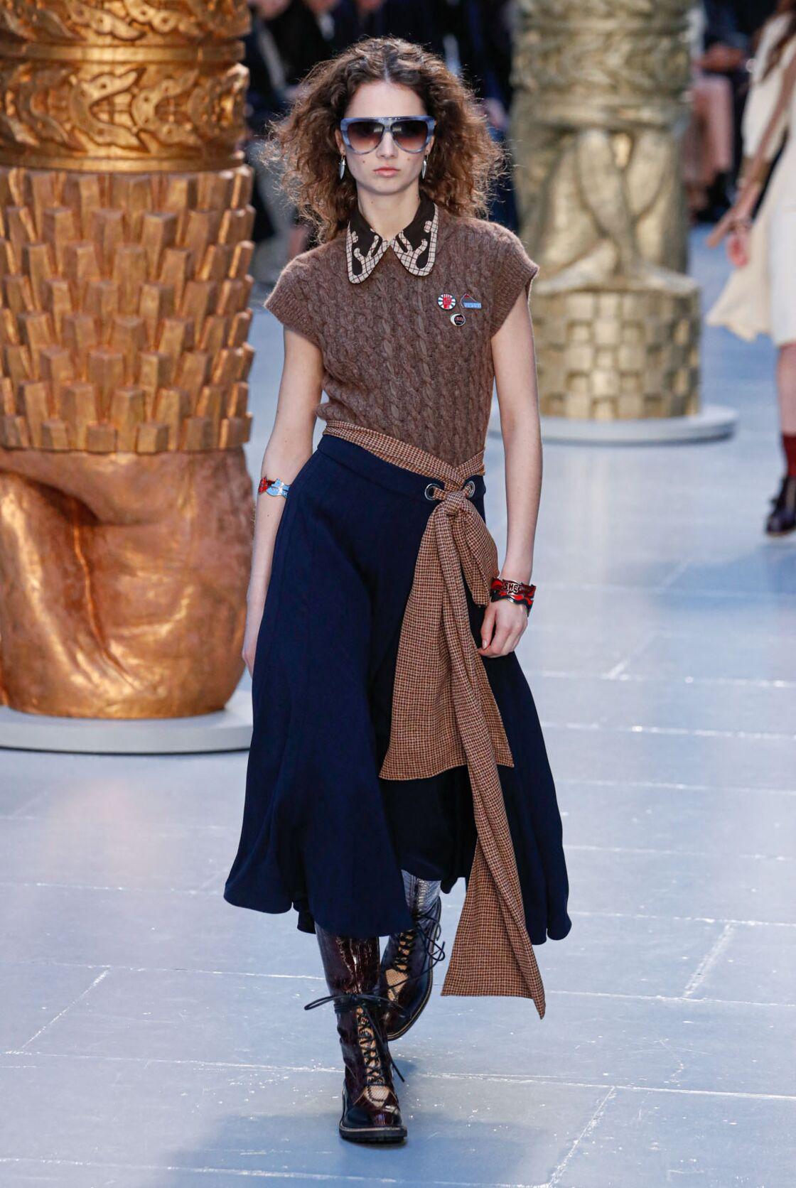 La ceinture foulard se porte à carreaux et ceinture une jupe longue cette saison Automne-hiver 2020/2021 chez Chloé