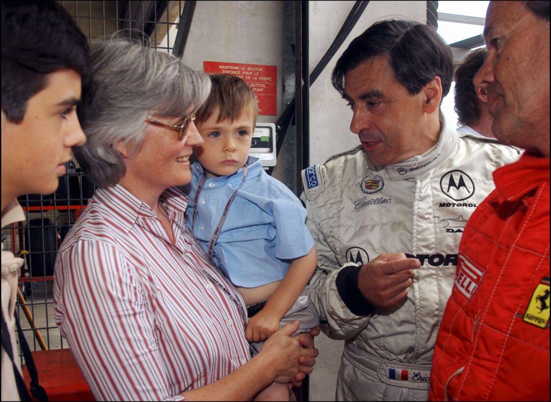 Penelope et François Fillon, avec leur fils Arnaud, âgé de trois ans, lors d'une course automobile en 2004.
